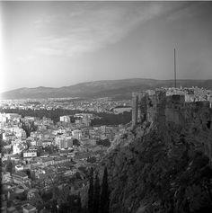 Άποψη της Αθήνας από την Ακρόπολη. (1959) Nick Dewolf Paris Skyline, New York Skyline, Athens, Greece, Explore, Photo And Video, World, Travel, Art