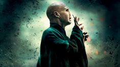 Lord Voldemort He is one of the main characters of the films and in this he has to kill Harry Potter but what he doesn't know is that Harry is a horcrux that if gets destroys his soul pice by pice. Lord Voldemort, Cumpleaños Harry Potter, Harry Potter Poster, Harry Potter Universal, James Potter, Nerd, Harry Potter Villains, Anniversaire Harry Potter, Ralph Fiennes