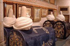 Turquia Cemitério Complexo-Museu Mevlâna, em Konya, abriga o mausoléu de Jalal ad-Din Muhammad Rumi, um místico sufi, que vem de uma corrente mística e contemplativa do islamismo. Por sua beleza e imponência, faz parte do roteiro turístico de várias agências que indicam passeios na Turquia