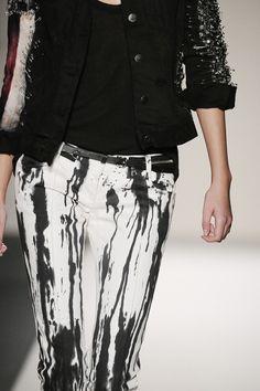 Balmain - looks like white pants and sumi ink Rock And Roll Fashion, Love Fashion, Luxury Fashion, Dark Fashion, Balmain, Vetements Clothing, Vetement Fashion, Pants Pattern, Grunge Fashion