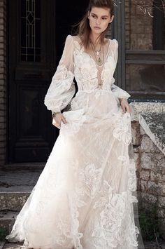 Your #fav gown of #spring2018. #costarellos #weddingdress #bride #bridal #bohochic