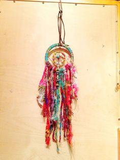 簡単かわいい♡夢をかなえてくれる【手作りドリームキャッチャー】の作り方 | macaron [マカロン] Clay Crafts, Diy And Crafts, Nature Crafts, Dreamcatchers, Cool Designs, Projects To Try, Weaving, Craft Ideas, Colorful