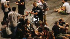 Sacchetti di plastica pieni di bottiglie di birra, al posto dei soliti carrellini, per eludere i controlli dei vigili: così a Torino molti...