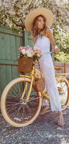 Gorgeous white eyelet lace jumpsuit! Jumpsuit Outfit, Lace Jumpsuit, Chic Outfits, Fashion Outfits, Nice Dresses, Summer Dresses, Eyelet Lace, Jumpsuits For Women, Style Inspiration