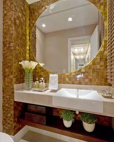 Lavabo lindo com essa pastilha de madeira e espelho com iluminação indireta ❤️❤️ #boatarde #architect #arquiteta #arquitetura #arqmbaptista #arquiteturadeinteriores #decor #details #detalhes #decoracao #decoracaodeinteriores #lavabo #marianemarildabaptista
