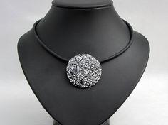 3D  HALSKETTE  in schwarz und weiß handgefertigte von polymerdesign