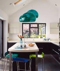 Immagine di http://cdn2.stbm.it/pianetadonna/gallery/foto_gallery/casa/decorazioni-per-la-cucina-le-piu-belle/cucina-con-lampadari-turchesi.jpeg?.