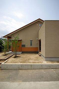 ■ 3人家族のための4間角の小さな家。  シンプルな暮らしがしたいという住まい手の要望に、  4間角の中に必要な物だけをまとめました。 ... Modern Buildings, Beautiful Buildings, Japanese Modern House, House Painting, Exterior Design, Ideal Home, My House, Facade, Architecture Design