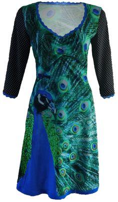 Ultimate - Super bijzondere jurk; prachtige gekleurde pauw in kobaltblauw tinten!  De mouwen zijn zwart met een kleine witte stip. De mouwen en halslijn zijn afgewerkt met een kobaltblauw kantje. Onderaan zit een iets breder elastisch kantje.  De jurk heeft een rimpel tussen de boezem en het rokgedeelte is licht klokkend. De jurk heeft een lengte van 103 cm. bij maat 42. Dit valt net boven knie van iemand met een lengte van 1.70. Elke maat komt er ong. een halve cm. bij.  Materiaal:...