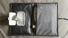 Pochette imitation cuir gris à couches et lingettes Cadeau de naissance original : Puériculture par lilifiori