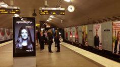 Publicidade inteligente colocado no metro que reage à chegada da carruagem.