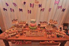 Mesa principal de festa de menina no tema Borboletas!  Dica para as mamães de meninas: festa infantil no tema Borboletas! Linda inspiração para decoração de festa! Bolo cenográfico da Bolos dos Sonhos (Ctba), bolachas decoradas de borboleta (da Um Doce de Doce, de Ctba), papelaria de festa da Zumbalum e cupcakes veganos funcionais (sem leite) da Myrtha Caldart (Ctba)! Passa no blog Mamãe Prática pra ver todas as fotos dessa festa linda!