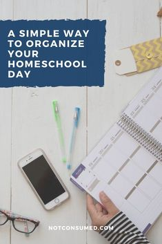 Schedules, routines and organizing your home school days can be overwhelming to say the least! Finding the best fit for your family may seem daunting but believe it or not there is a simple way to organize your homeschool day and I can show you how! #homeschool #homeschooling #organizedhomeschoolday