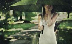 傘をさす緑の女の子Green girl holding an umbrella