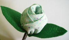Lápis com Ponteira em formato de Rosa.  A rosa poderá ser produzida no tom da cor que desejar e o lápis conforme disponibilidade.  Ideal para presentear em festa de aniversário, lembrancinha de batizado, nascimento, chá de mulheres .... R$4,00