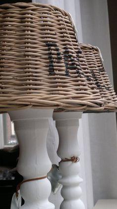 Kandelaars van de action, plaats er een lampenkap op naar keus. Knip het pinnetje van de kandelaar en plaats hier een glaasje in voor een theelichtje.