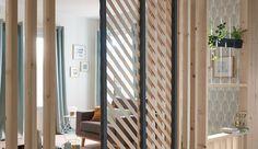 Idéales pour optimiser l'espace, les cloisons déco ne cessent de se réinventer. Paravents, cloisons mobiles ajourées ou rideaux détournés, les cloisons séparent ou délimitent de nouveaux espaces, intimes et déco à la fois.