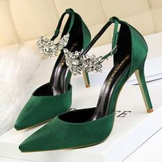 Red Decorative Pointed High Heel Sandals from Eoooh❣❣ Rote dekorative spitze High Heel Sandalen von Eoooh❣❣ Lace High Heels, High Shoes, Emerald Green Heels, Emerald Green Wedding Shoes, Emerald Shoes, Dr Shoes, Style Rock, Wedding Shoes Heels, Louboutin