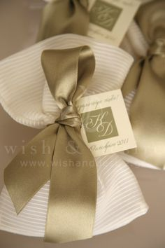 Bomboniere golden ribbon Diy Wedding, Dream Wedding, Wedding Day, Wedding Pillows, Wedding Favor Bags, Invitation Design, Wedding Styles, Wedding Planning, Wedding Decorations