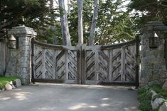 Sightly Wooden Driveway Gates And Comely Entry Way Design Ideas: Classic Barn Wooden Driveway Gates With Chevron Panels Also Cement Fences And Flooring As Country Style Landscape Designs Wooden Garden Gate, Wooden Gates, Front Gates, Entrance Gates, Simple Gate Designs, Driveway Entrance, Driveway Pavers, Driveway Ideas, Fence Ideas