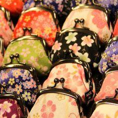 京都の嵐山で可愛い和小物の店を見つけました。嵐電・嵐山駅前にある『櫻日和』(さくらびより)さん。こちらは、がま口財布の専門店。  色鮮やかな花柄のデザインが目を引きます。着物に似合いそうな小物。がま口財布を見かけることはなくなりましたが、こんなに可愛い柄だったら、花火大会や祭りの時にぜひとも携帯したいですね!