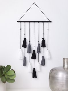 Quaste Wandbehang (Webstuhl / Webart) Tassel Wall Hanging (Loom / Weave) à tisser Related posts: Tenture murale moderne en laiton Boho – DIY Tassel Wall Hanging Wall Hanging Tassel Macrame Tenture murale florale Room Wall Decor, Diy Wall Decor, Home Decor, Bedroom Decor, Black Wall Decor, Black Wall Art, Bedroom Wall, Yarn Wall Hanging, Wall Hangings