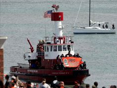 FIRE BOATS FLAGS | fire department brings in the Giants World Series flag on a tug boat ...