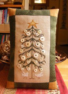 Cojin decorado con botones.