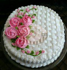 Pastel betún crema batida y rosas