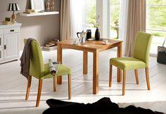 Die zeitlos hochwertige Essgruppe besteht aus einem Tisch (B/T/H) 80/80/72 cm und zwei Stühlen. Die Stühle sind in 4 verschiedenen Farben erhältlich. Das aus FSC®-zertifiziertem Holzwerkstoff gefertigte Gestell ist mit einem edlen und angenehmen Strukturstoff bezogen, der durch seine dezent schillernde Optik besticht. Die Stuhlbeine und der Tisch sind aus FSC®-zertifizierter, massiver Eiche gef...
