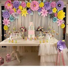 """""""E quem gostou da ideia de uma """"meia toalha""""? Babados em uma parte da mesa. O painel de flores ficou muito legal. Por @bilgenylmazorganizazyon…"""""""