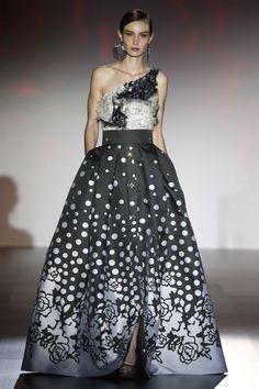 - Foto 1 - Patricia Avendaño 2016 - TELVA.com Agra, Strapless Dress Formal, Formal Dresses, Bridal, Evening Gowns, Beautiful Dresses, Ball Gowns, Ideias Fashion, High Waisted Skirt