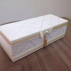 Olhem que delicadeza essa caixa! Perfeita para presentear as madrinhas do seu casamento! #lembrancasdamaricota #delicadeza #demais #cute #work #lembranças #wedding #renda #chic #minicasamento #padrinhos #madrinha #casamento #miniwedding #lembrancaspersonalizadas #presentesparapadrinhos