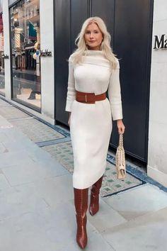 Foto: annasyren - Apesar de todas as tendências que vem transformando a dinâmica de moda nos últimos tempos, existem certos clássicos que se mantém favoritos, é o caso vestido midi. Confira ideias de looks como este com tubinho branco de gola alta, cinto marrom e bota enrugada Ideias Fashion, Sweaters, Outfit Ideas, Outfits, Dresses, Brown Belt, Dress With Sweater, Turtleneck, Women's