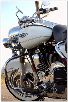 Harley Davidson ......  Road King Classic in stunning Glacier White Pearl  ..... 2004