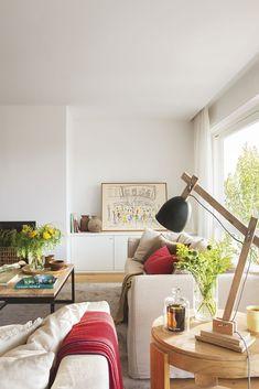 00436925. Lámpara de madera y plantas sobre una mesilla auxiliar del salón