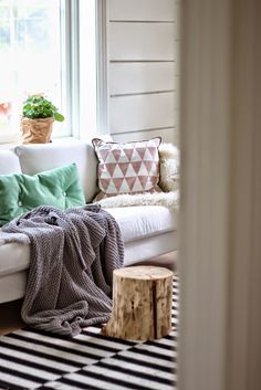 Gorgeous Scandinavian home // Hermosa casa escandinava / Casa Haus My Living Room, Home And Living, Living Spaces, Living Room Inspiration, Home Decor Inspiration, Sweet Home, Winter Home Decor, Scandinavian Home, Home And Deco