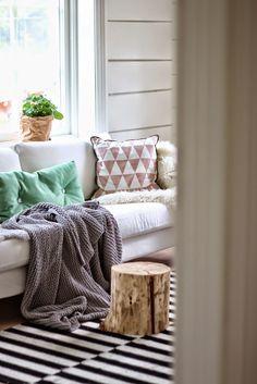 Gorgeous Scandinavian home // Hermosa casa escandinava / Casa Haus Inspiration Ikea, Living Room Inspiration, Home Living Room, Living Room Decor, Living Spaces, Winter Home Decor, Scandinavian Home, Home Furniture, Entryway Furniture