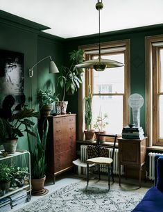 The Color-Blocked London Home of Interior Stylist Laura Fulmine — THE NORDROOM Living Room Green, Bedroom Green, Home And Living, Living Room Decor, Bedroom Decor, Living Rooms, Small Living, Modern Living, Plants In Living Room