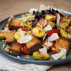 Ein Rezept für einen raffinierten Salat mit geröstetem Brot, Rosenkohl und verfeinert mit Pastinaken, Tomaten, Parmesan und Walnüssen