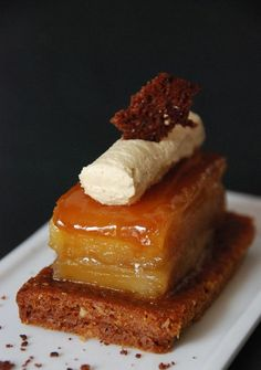 BAVAROIS DE FOIE GRAS SUR CONFIT DE POMMES ET PAIN D'ÉPICES Yummy Treats, Sweet Treats, Yummy Food, Chefs, Tapas, Spice Bread, Salty Foods, Recipes From Heaven, Aesthetic Food