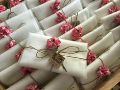 DIY wedding gift envelope tips and decoration ideas. Paper quilling, gold, lace borders and many more easy economical ideas. Wedding Cards, Wedding Favors, Diy Wedding, Wedding Gifts, Wedding Decorations, Creative Gift Wrapping, Creative Gifts, Craft Gifts, Diy Gifts