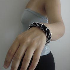bracciale 03 Diy Zipper Jewelry, Zipper Bracelet, Zipper Crafts, Diy Jewelry, Jewelery, Zipper Flowers, Recycled Fashion, Diy Tutorial, Textiles