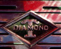 La marque automobile de voitures Américaine Diamond T - Utilitaires et camions fut fondée en 1905, cette firme exploita la construction automobile jusqu'en 1951.
