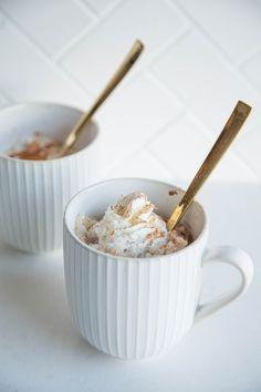 Easy Rice Pudding in a Mug Recipe. Mug Recipes are the quick and simple way to make a DELICIOUS dessert in your microwave! This is a great way to use up leftover cooked rice. (Mug Recipes) Mug Dessert Recipes, Köstliche Desserts, Pudding Recipes, Rice Recipes, Delicious Desserts, Mexican Desserts, Plated Desserts, Yummy Recipes, Yummy Food