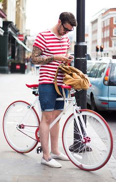 The latest men's street style photographs and trends for Our photographers snap the best-dressed real men from across the globe. Men Street, Street Wear, Urban Cycling, Look Man, Cycle Chic, Bike Style, Men Looks, Menswear, Street Style