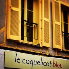 © Vannes, Golge du Morbihan, volets jaunes et coquelicot bleu...
