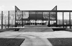Ludwig Mies van der Rohe ~ Crown Hall, Illinois Institute of Technology ~ Hoofdingang ~ Chicago, Illinois, VS ~ ~ Foto Hedrich Blessing ~ Chicago Historical Society School Architecture, Art And Architecture, Architecture Details, Ludwig Mies Van Der Rohe, Bauhaus, Luigi Snozzi, Illinois Institute Of Technology, Mid-century Modern, Around The Worlds