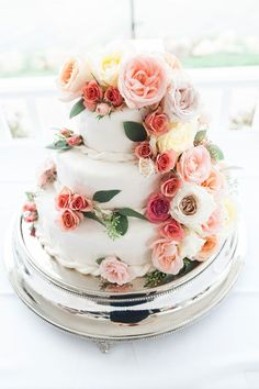 A simple yet romantic wedding cake
