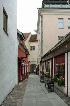 TALLINN: Rua dos Padeiros - Saiakangi Kohvik Cafe  Tallinn fica golfo da Finlândia, no Báltico e é a capital da Estónia. A zona medieval é um lugar muito apreciado, pelo ambiente de época ali recriado